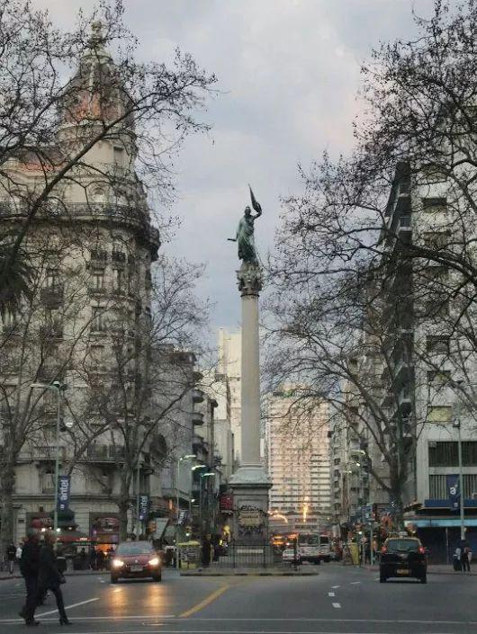 La Plaza de Cagancha es una de las plazas características de la capital uruguaya, Montevideo.