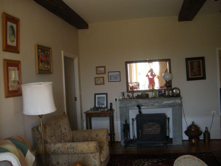 une autre vus du salon oú l'on peut voir cette cheminée en marbre..