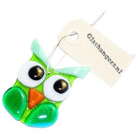 Groen glazen uiltje. Fraaie uil glashanger decoratie voor huis en tuin.