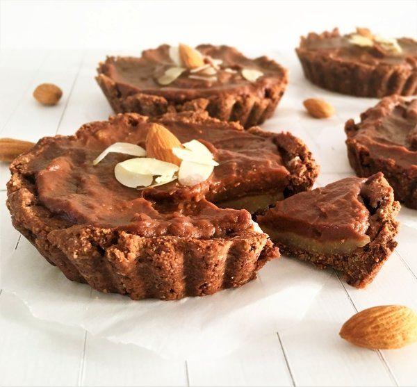 Chocolade vlaaitjes waar je iedere dag van kan genieten met een bedje van amandelspijs en chocolade vulling. Glutenvrij, lactosevrij, vegan