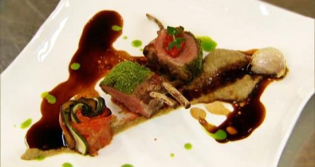 Lamskroontje met kaviaar van aubergine, een Provençaalse bloempje, gekonfijte rode paprika met een jus van tijm en rozemarijn - Recept | VTM Koken