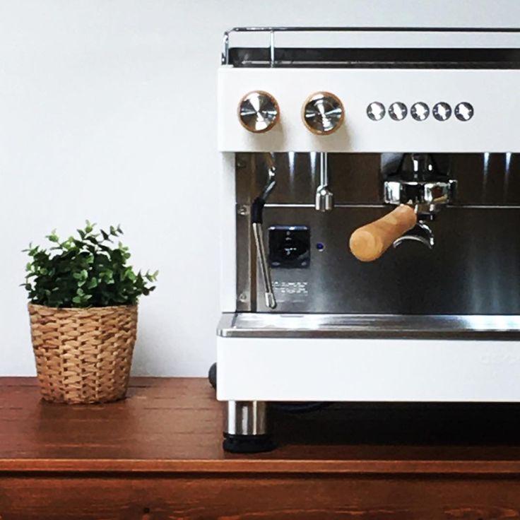 ascasofactory#ascasofactory #barista #white #wood #espressomachine #coffee #espresso #coffeemachine #coffeelovers #coffeegram.  www.solino.gr