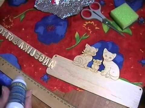Wie bekommt man Holzbuchstaben auf ein Gästebuch oder ein Türschild