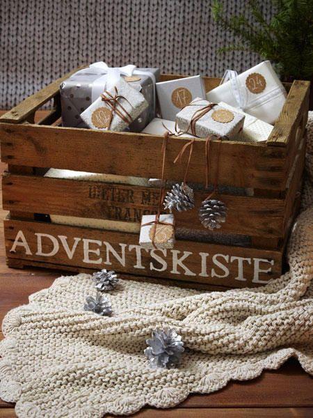 Schnappt euch einfach eine alte Wein- oder Blumenkiste und drappiert die Geschenke ordentlich. Voilá! Gesehen auf www.wunderweib.de Foto: deco