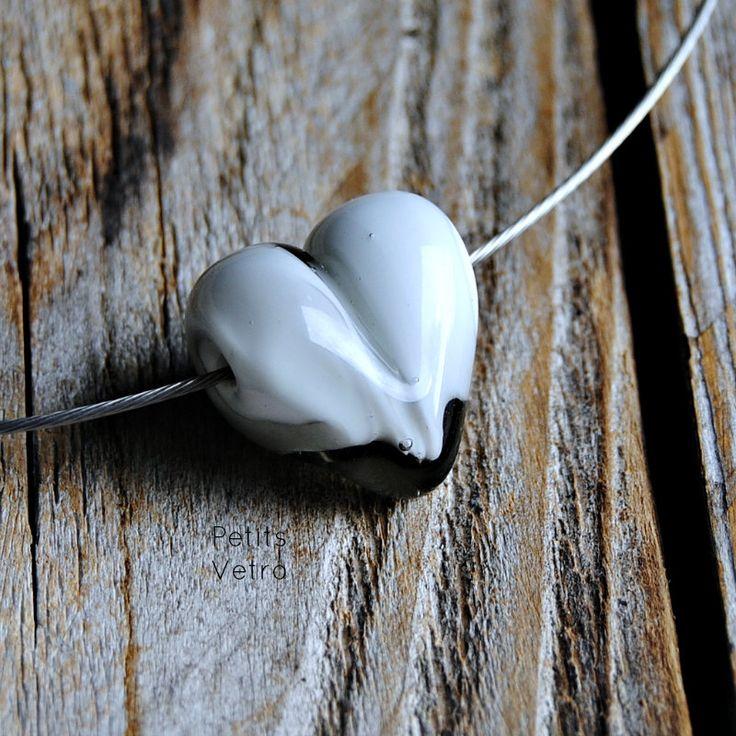 Grey-White Heart: collarino con cuore in vetro di murano grigio e bianco di PetitsVetro su Etsy