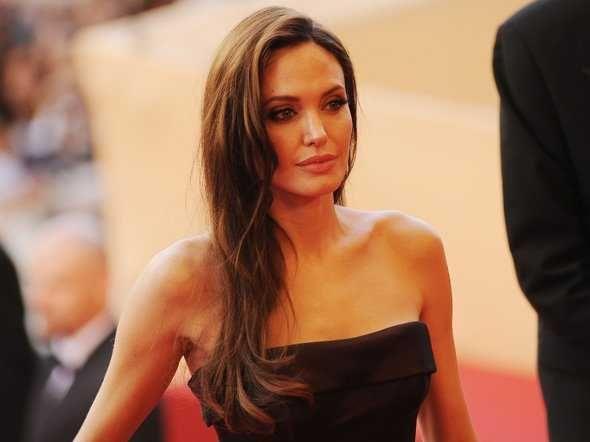 ADVERTISEMENTS Angelina Jolienació el 4 de julio de 1976 en Los Angeles. Ademas de ser actriz, es tambien modelo, filántropa, actriz de voz, directora y guionista. Quizas sabias que era hija del actor Jon Voight o que se hizo famosa por su intepretaciónde Lara Croft en Tomb Raider pero estoy seguro que los siguientes 17 […] Su valor ante el cáncer puede ser un ejemplo para otras mujeres.