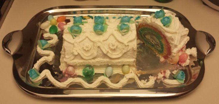 Rainbow cake, dolci arcobaleno - roll, con crema di mandorle e cocco, perfetta come torta di compleanno per festeggiare con i colori dell' arcobaleno.