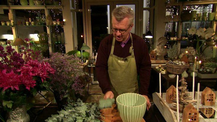 Juletræer af vraggods, kanelhuse med fyrfadslys - Claus Dalby laver sin helt egen version af et julelandskab. Til den røde stue kreerer han den skønneste julebuket af krysantemum, glasbær og eucalyptusgrene. Krans med lyskæde og mistelten