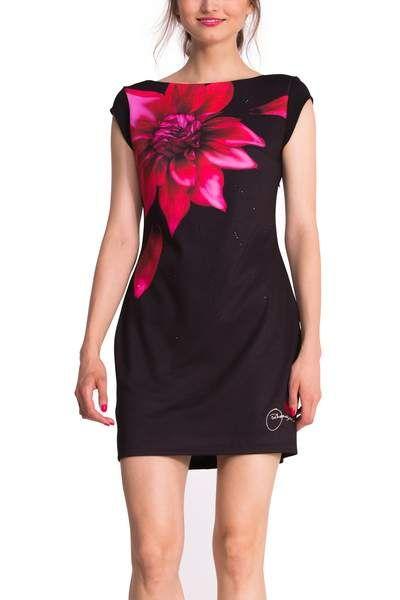 Offre-toi un printemps fleuri! Cette robe noire courte sans manches est ajustée et très sexy dans le dos. Tu aimes la fleur? Elle éclairera ton look. Porte-la à une fête ou une occasion spéciale.