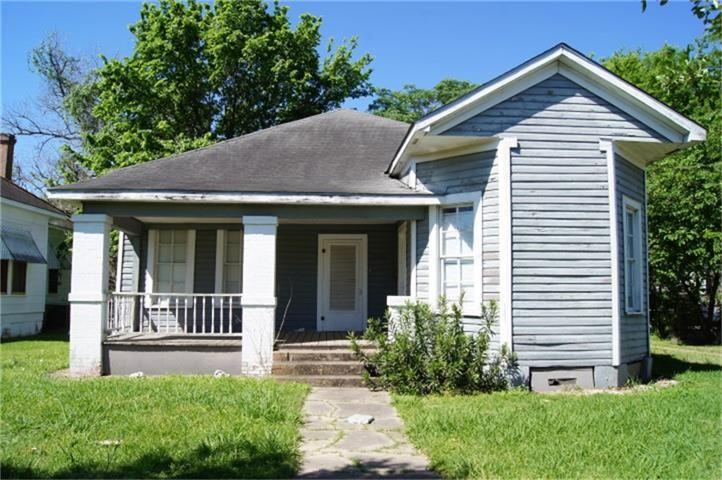 426 S La Salle Street,  Navasota, TX 77868   This charming home has great features such as a front porch, wood floors and high ceilings. Would also make a great commercial space for a small office or retail. Rehab in process. Come see the appeal and potential that this great space has to offer.