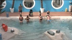Les candidats dans la piscine