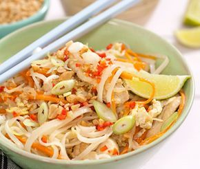 Pad thai är en klassisk thailändsk nudelrätt som du här serverar med kyckling. Kycklingfiléer, risnudlar, morötter, chilifrukter och böngroddar är några av ingredienserna i denna rätt som sedan smaksätts med bland annat fisksås och lime.
