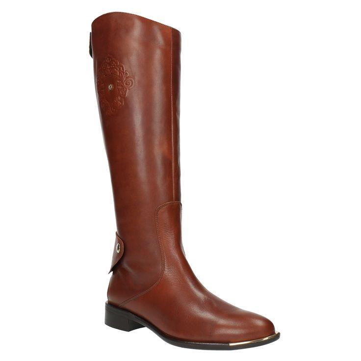 Inspirovány jezdeckým stylem, tyto kožené hnědé kozačky se stanou první volbou ve vašem botníku. Praktické zapínání na zip a dva cvočky, zajímavé logo na vnějších stranách a kovový detail na špici vás uchvátí. Kozačky budou vypadat skvěle k úzkým kalhotám a ponču.