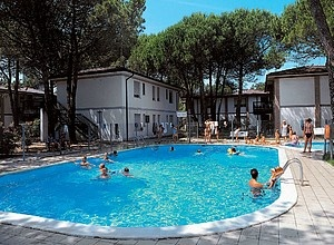 Appartamenti Bibione: Villaggio Alemagna, appartamenti in villette a schiera o appartamenti al piano terra, con piscina, parcheggio, giardino comune, a 400 m dalla spiaggia.  http://www.etgroup.info/Villaggio_Alemagna-Bibione-abs-1-G-144.html
