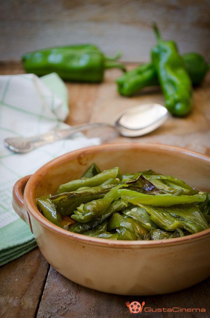 Peperoni verdi fritti, Friggitelli o Friarelli sono un contorno saporito, facile e veloce da realizzare. Ottimi per accompagnare secondi piatti di carne o pesce.