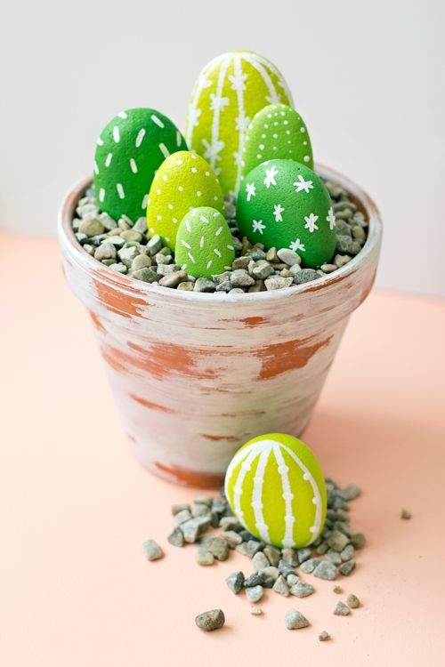 We found a nice tutorial by Brie from the blog &qout;Like The Cheese&qout; to make lovely faux cacti out of painted rocks. Perfect to add a little touch of green in your home décor ! You could do it with your kids, they will love it :)…