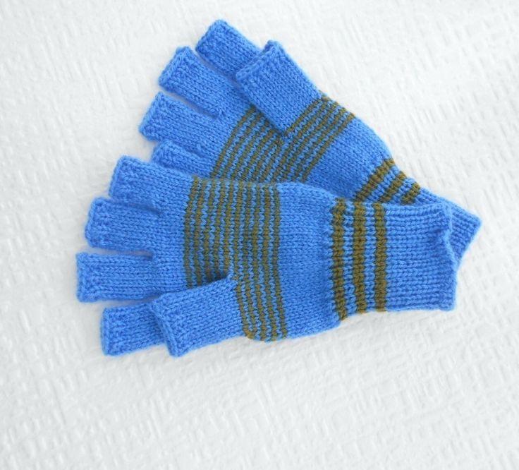 Modré+s+proužkem+18+-20+cm+ručně+pletené+rukavičky+bezprsťáky+na+obvod+dlaně+18+-+20+cm+měříme+kolem+dlaně+modrá+++tmavě+zelený+proužek+Pružné,+příjemný+materiál,+teplé+a+zaručeně+nekousavé+délka+prstů+viz.doplňkové+foto+jemná+příze+určená+i+pro+děti