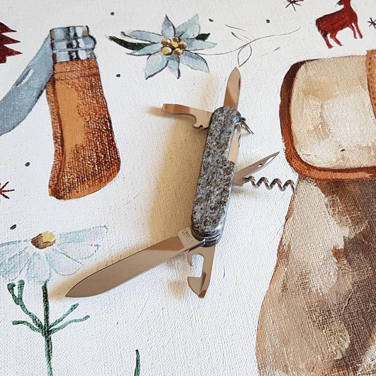 """Der Beschenkte mag in seiner Wander-Ausrüstung bereits ein Original Swiss Army Knife haben. Ein exklusives #VICTORINOX Sackmesser mit einem Griff aus Schweizer Gestein (Valser Quarzit, Grindelwaldner Marmor und Pyritschiefer oder Smaragdit aus Saas-Fee) kann Mann aber bestimmt noch nicht sein Eigen nennen. Diese Unikate mit massivem Griff und zuverlässiger Feststellklinge gibt es in einer limitierten Auflage nur bei uns im Laden """"Zur Kristall-Höhle"""" an der Schipfe 31 in 8001 Zürich oder im…"""