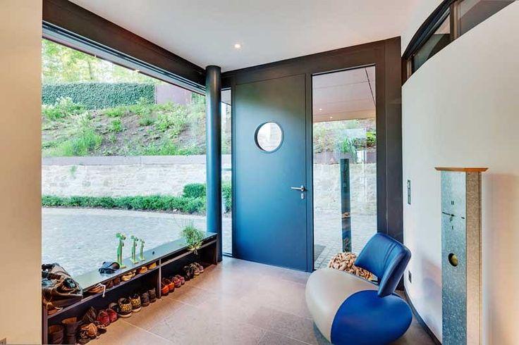 Architekt zvolil jednotný design pro okenní i dveřní rámy.
