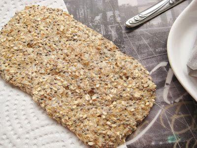 Chia zaden cracker (nodig: chia zaden, fijn havermout [bijv. Brinta], evt. sesamzaad en 30 ml water) (@ Kleurrijk eten)