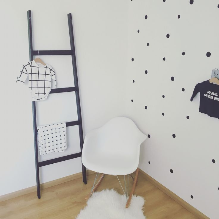 Babykamer zwart wit met stippen behang  Black and white