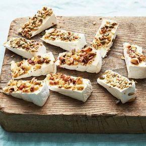 Enkel förrätt eller tilltugg som förbereds i ett nafs. Välj din favoritost, pensla med olja och doppa i hackade frön eller nötter. Klart! Ställ fram ett helt fat, de här ostsnacksen kommer gå åt.