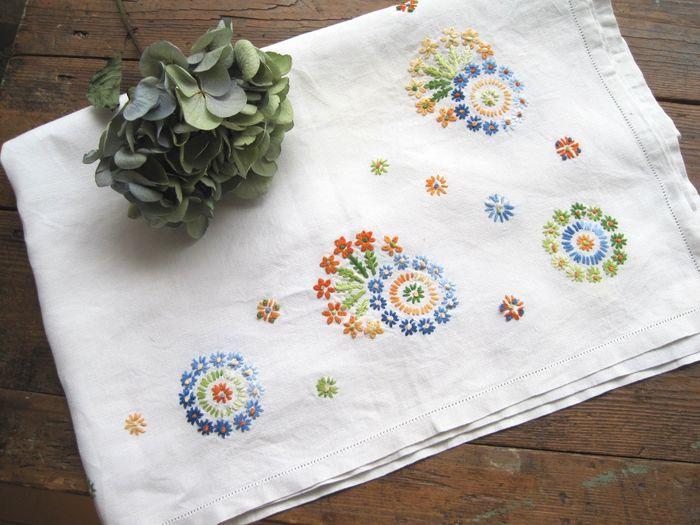 刺繍も染織技法の一つ。フランス刺繍は、アウトラインをとることも多く、線画のようなモチーフも再現できることが魅力的。また、クロスステッチのようにドット絵のような表現もできる。