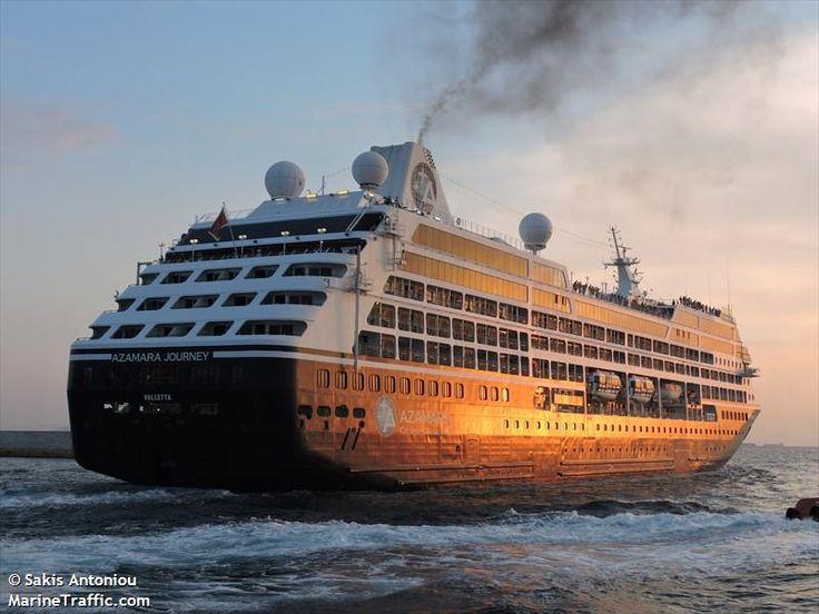 Το Azamara Journey αποπλέει σούρουπο από τον Πειραιά . 20/09/2015.
