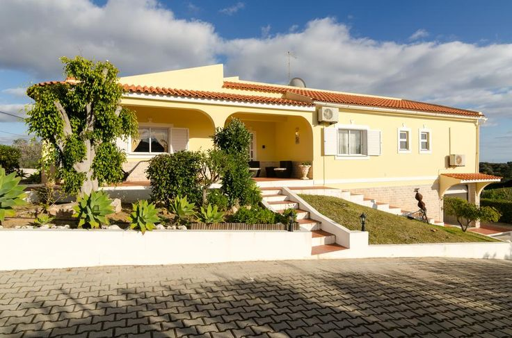 €300 In Armação de Pêra, 3,4 km vom Strand entfernt empfängt Sie die großzügige Villa Cadre mit 5 Schlafzimmern und einem Außenpool.