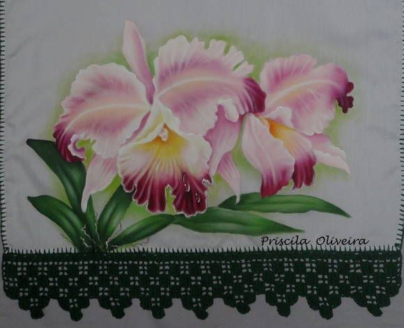 Pano de prato com pintura de orquideas.    Feito em tecido estilotex, medindo 80 x 46 com barrado de crochê, podendo variar a cor e modelo de acordo com sua preferencia...
