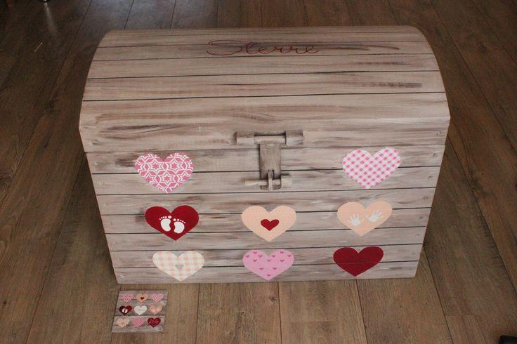 Weer iemand blij gemaakte met deze unieke handbeschilderde kist met naam in de stijl van het geboortekaartje. www.jessika-atelier.nl