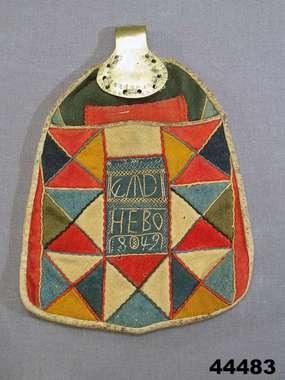 Folk costume pocket, dated  1842, designed to be used on top of skirt. From Västerfärnebo, Västmanland. http://www.digitaltmuseum.se/things/kjolvska/S-NM/NM.0044483?name=Dr%C3%A4kttillbeh%C3%B6r+%3A+Kjolv%C3%A4skor_context=1=46=7