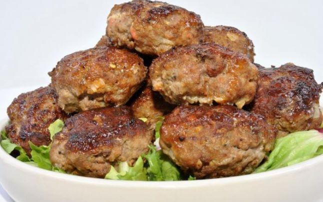 Ingrediente: -2 dovlecei -2 morcovi -2 cartofi -2 cepe roșii -3 fire ceapă verde -3-4 căței usturoi -100 g varză albă -2-3 lingurițe ulei de măsline -o legătură pătrunjel -o legătură mărar -piper alb măcinat -200 g pesmet alb -ulei pentru prăjit. Mod de preparare 1. Se curăță legumele,