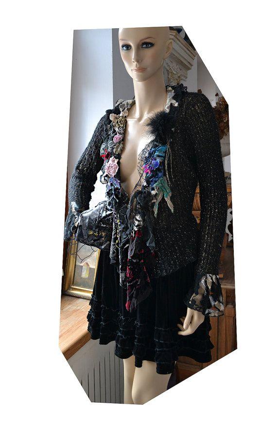 Gelieve hieronder de fotos te zien veel betere kwaliteit weergave, klikt u op ZOOM Bedankt  Prachtige, unieke handgemaakte geborduurd opengewerkte zwart zacht vest/trui met mijn kunst.:)  Elk van de tunieken maar qua stijl, is uniek en kan niet worden gedupliceerd. Ze zijn letterlijk een one-of-a-kind stukje van draagbare kunst!  Vintage stijl   Geborduurd  met  Vintage trui/vest, zijde textiel, Silk fluweel, kant, modevak bloem, mijn bloem composities, Hand geverfd Lace, messing veer…
