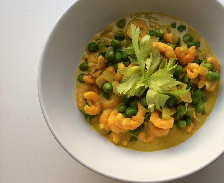 Kurkuma curry met garnalen en groene salade