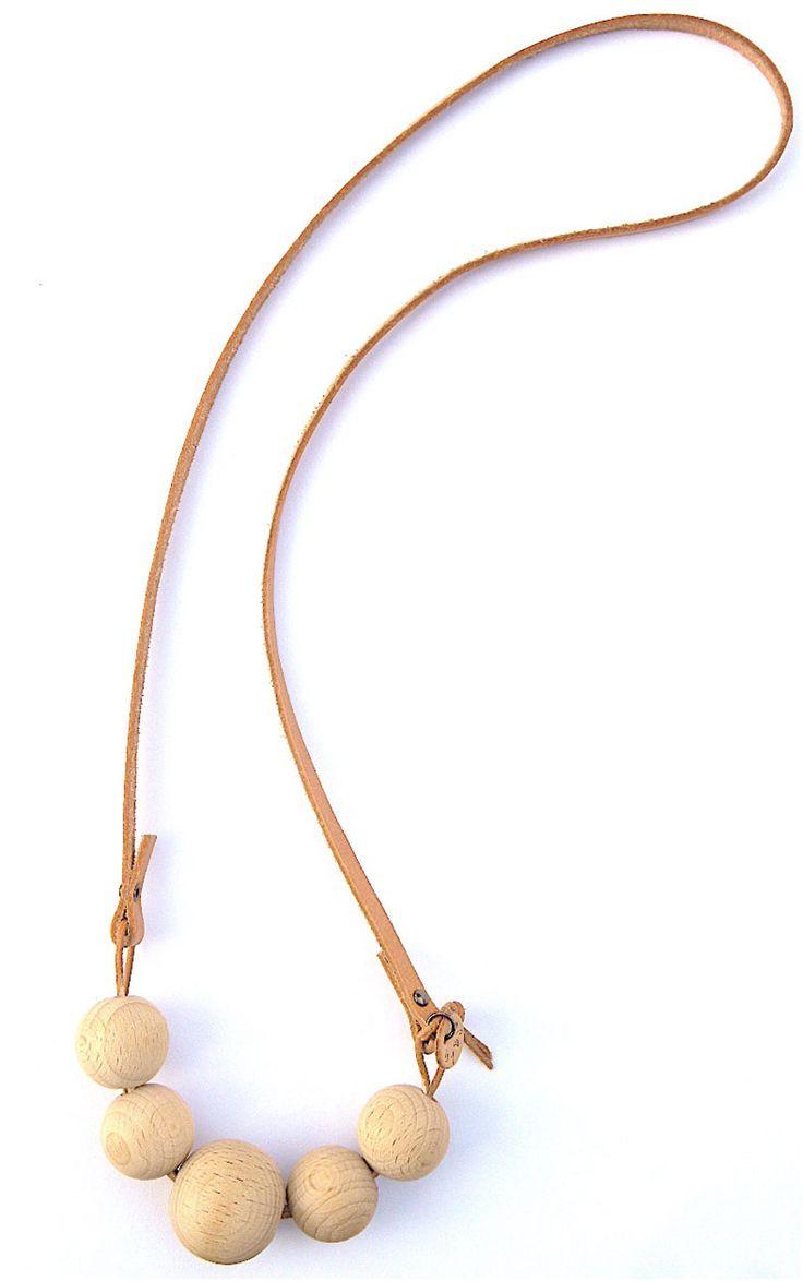 De Nederlandse ontwerpster Bjorke maakt deze prachtige sieraden. Ze heeft een voorliefde voor alles wat uit het hoge noorden komt. Al ruim 8 jaar maakt ze sieraden met een Scandinavische twist. Haar ontwerpen zijn veelal gemaakt van keramiek, hout en leer. Alle ontwerpen worden met de hand gemaakt.  Deze ketting is gemaakt van naturel eco houten kralen, ongelakt met een platte naturel leren band.  Afmeting: L 75 cm. rondom gemeten, B 6 mm.