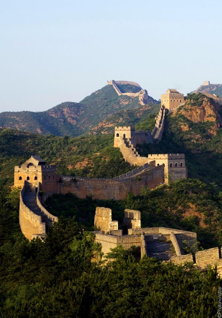 La Grande Muraille de Chine - Grande Muraille de Chine  Dans le nord de la Chine, la Grande Muraille s'étend, sur plus de 6000 km, depuis le golfe du Bohai à l'est, jusque dans la province du Gansu à l'ouest. Destinée à empêcher les incursions barbares venues du Nord