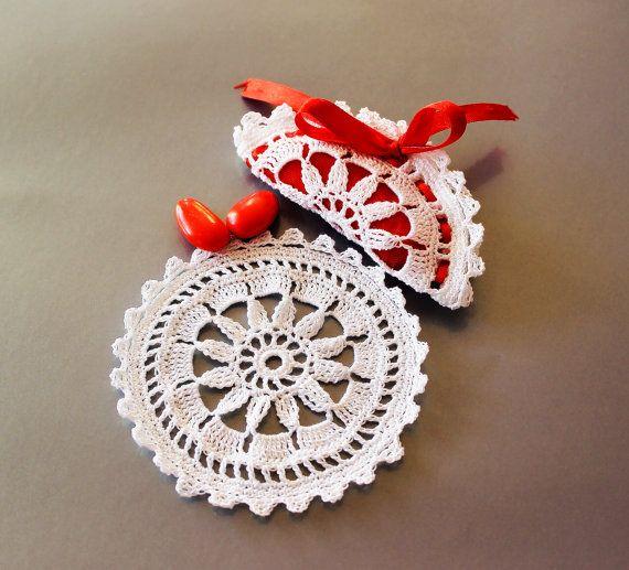 Sacchettini bomboniera all'uncinetto - Disponibili su richiesta in altri colori e formati: richiedi informazioni per un evento unico // Crochet wedding favor bag - CUSTOMIZABLE: contact us for your very unique event! #wedding #favors #weddingfavor #graduationday #bride #bridetobe #matrimonio #bomboniere #handmade #crochet #customizable #white #lace #uncinetto - Visit our shop at etsy.com/shop/gioiedigrazia