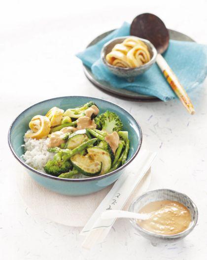 Recept voor gewokte groenten met pindasaus en omeletreepjes