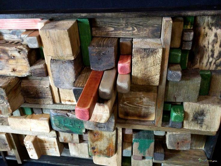 Ce tableau réalisé en bois uniquement, exprime le paradoxe de l'ultra développemennt urbain face à l'éradication des milieux forestiers. Et si la ville était en bois ?         Tous les blocs de bois sont issus de récupération ou ont été flottés.  L'oeuvre est encadrée dans un jeu de lames de bois très sombre et avec un dépacement latéral.  Bois : Les blocs de bois sont flotttés pour la plupart ou récupérés.  Accessoires fournis Corde d'accrochage  Dimensions : Hauteur :84  cm Largeur : 64 cm