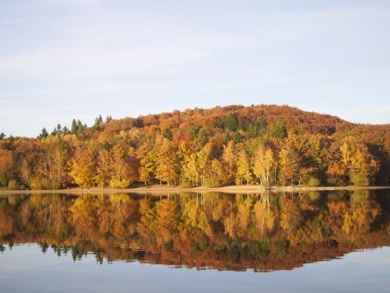 Le Lac des Settons aux couleurs d'automne