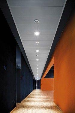 Corridoio blu e arancio