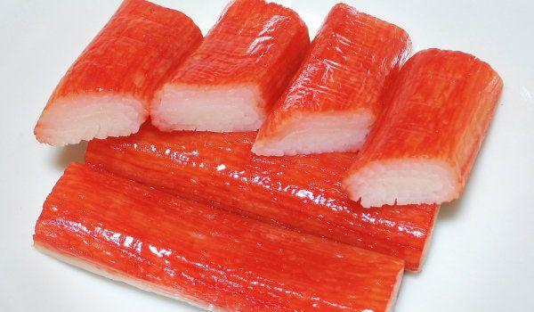 5 comidas fake   Kani: carnes de diferentes tipos de pescados  com amido de trigo, clara de ovo, açúcar, extrato de algas, extratos aromatizantes de caranguejo e lagostas, sal, vinho de arroz e até glutamato monossódico...