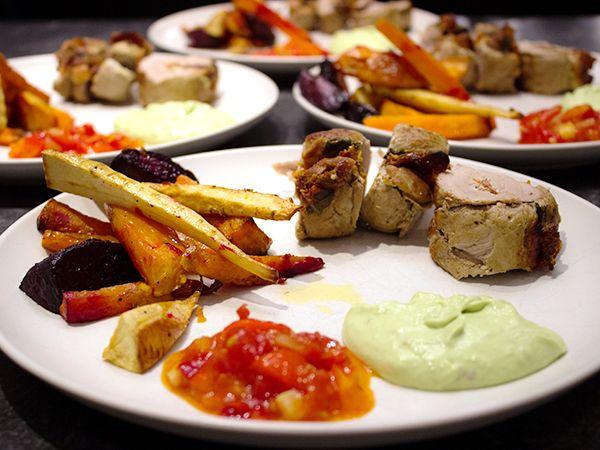 Fläskfilé fylld med färskost, soltorkade tomater och lufttorkad skinka. Serveras med ugnsrostade rotfrukter, het salsa och avokadomousse.