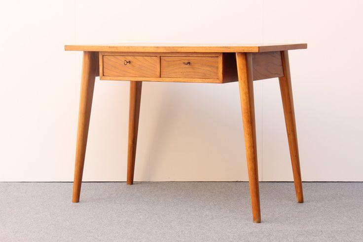 Handgefertigter Kleiner Walnussholz Schreibtisch, 1940er