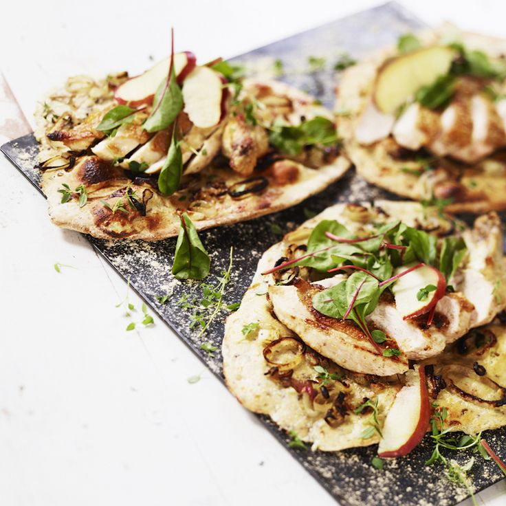 Pizza med svamp, kyckling, timjan och schalottenlök. Recept: http://www.ica.se/recept/svamppizza-med-kyckling-timjan-och-schalottenlok-715303/
