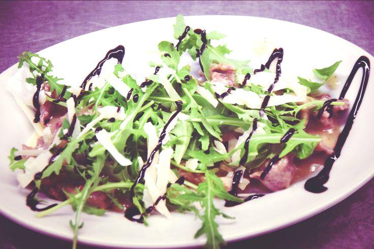 Straccetti con rucola selvatica, scaglie di formaggio pecorino pugliese e glassa al balsamico. Un gustoso piatto imperdibile! http://www.masseriabelvedere.com/i-nostri-servizi.html
