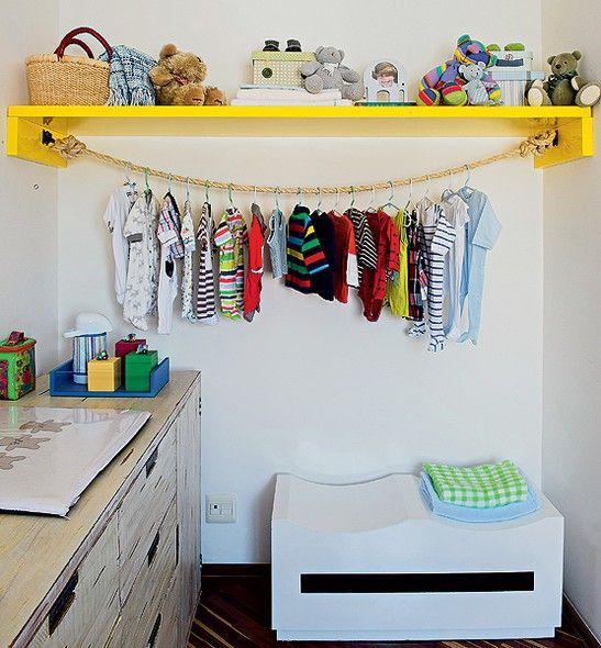 Singela, a ideia da arquiteta Letícia Arcangeli surgiu como alternativa de menor custo para acomodar roupas no quarto de bebê. A prateleira ganhou um cabideiro de corda preso em ganchos com um nó