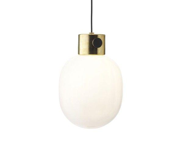 JWDA è una lampada progettata da Jonas Wagell per Menu, realizzata in vetro e acciaio inossidabile o ottone. JWDA è una lampada a sospensione realizzata con materiali semplici, acciaio, ottone e vetro; il design di questa lampada si ispira alle tradizionali lampade ad olio. JWDA sia per il suo design che per i materiali si inserisce perfettamente in qualsiasi contesto. JWDA è disponibile nelle finiture in ottone oppure in acciaio inossidabile. Sorgente Luminosa:1x G9 40W 120V JCD Alogena…