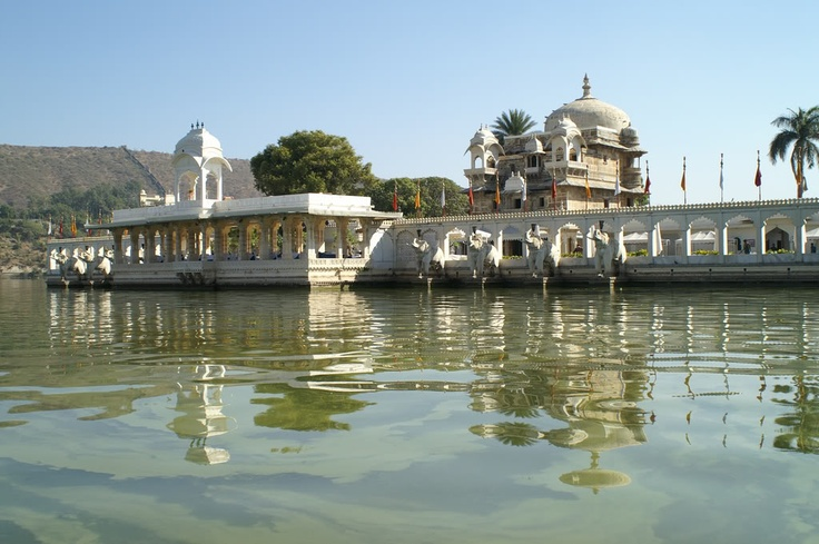 Jag Mandir is an island palace situated on the Pichola lake. It was bulit in 17th century India